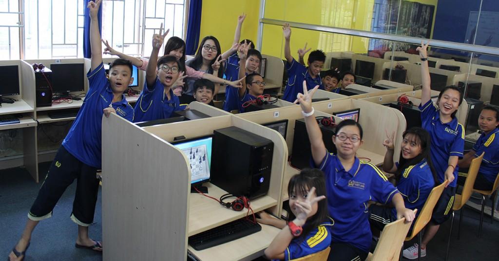 Hệ thống máy tính luôn kết nối mạng internet giúp các học sinh học tập hiệu quả hơn