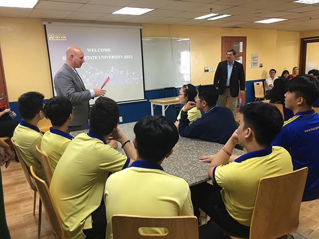 Học sinh Trường Việt Anh gặp gỡ đại diện Đại học Illinois Hoa Kỳ