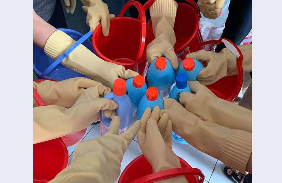 Giáo viên Trường Việt Anh chung tay tẩy sạch trường, học sinh an tâm khi nhập học trở lại