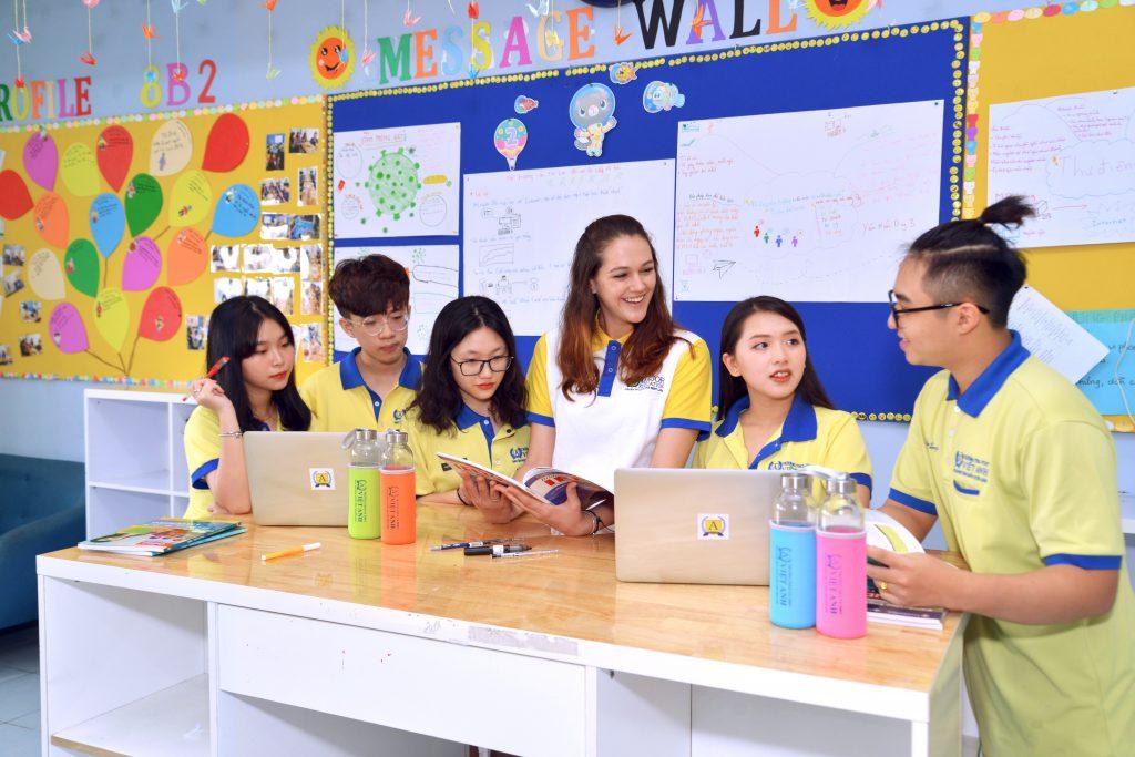 Nhiều phụ huynh chọn trường đào tạo song ngữ quốc tế tại TP.HCM cho con để con có môi trường học tập tốt nhất. Ảnh: giáo viên và học sinh trường Việt Anh TPHCM.